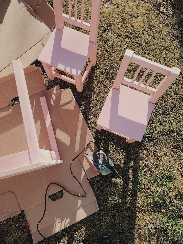 Två små rosa stolar