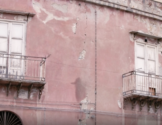 En bild på ett rosa hus i Italien