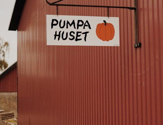 En bild på en röd lada med en skylt där det står pumpahus